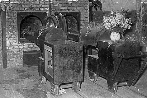 Blumen im Krematorium vom Konzentrationslager Auschwitz