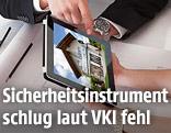 iPad bei Beratungsgespräch zeigt Haus