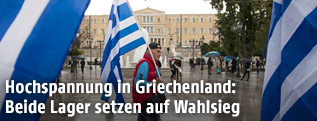 Nationalflaggen vor dem griechischen Parlament