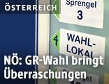 Hinweisschilder in Wahllokal