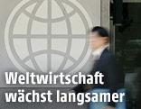 Mann vor Weltbank-Logo