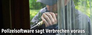 Einbrecher bei einer Türe