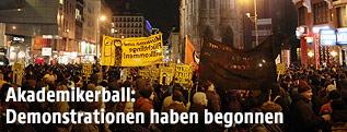 Demonstranten bei Akademikerball-Demo