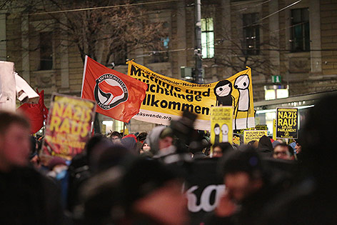 Demonstranten bei Akademikerball-Demo