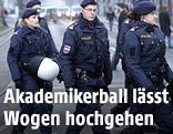 Polizisten queren die Rinstraße in Wien