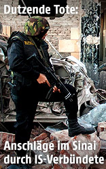 Soldat bei zerstörtem Haus