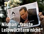 Demonstrantin hält das Foto von Nisman in die Höhe