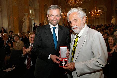 Molterer überreicht Carl Djerassi das Große Silberne Ehrenzeichen für Verdienste um die Republik Österreich