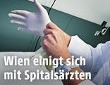 Ärztin streift sich Handschuhe über
