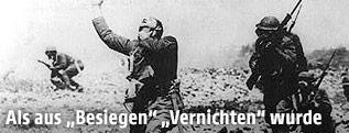 Mehrere US-Soldaten mit Gasmasken während dem ersten Weltkrieg, einer von ihnen ohne Maske greift sich an seine Kehle
