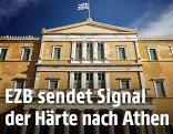 Griechische Fahne weht über dem Parlament in Athen