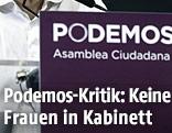 Ein Mann an einem Podemos-Rednerpult