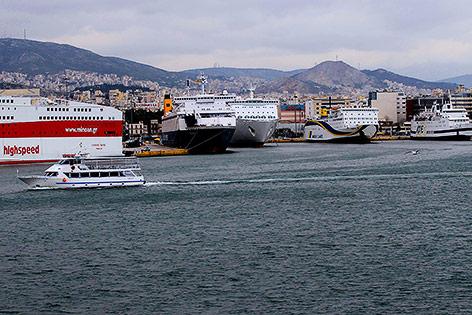 Schiffe am Hafen von Piräus