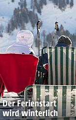 Menschen lassen sich im Liegestuhl sitzend in den Bergen die Sonne ins Gesicht scheinen