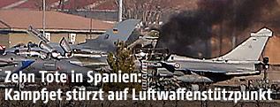 Schwarzer Rauch zwischen Kampfjets