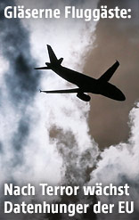 Flugzeug zwischen den Wolken