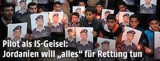 Angehörige des jordanischen Piloten Muath al-Kaseasbeh mit Fotos des Entführten