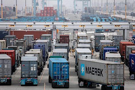Lkws im Hafen von Los Angeles