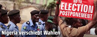 Mann demonstriert gegen Wahlverschiebung in Abuja, Nigeria