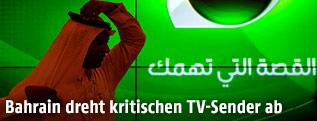 Mann vor einem Screen mit dem Logo von Alarab-TV