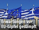 Europäische und griechische Fahnen