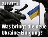 Ukraine Flagge vor Statue