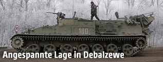 Mann steht auf einem Panzer
