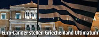 Griechische Fahne vor griechischem Parlament