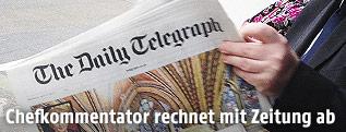 Mann liest eine Daily-Telegraph-Ausgabe