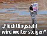 Kind trägt Kiste in Erbil