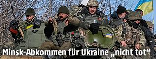 Ukrainische Soldaten auf einem Panzerfahrzeug