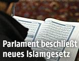 Ein Mann liest aus dem Koran