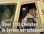 IS-Kämpfer fährt mit Auto