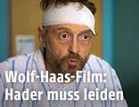 """Josef Hader mit Kopfverband in einer Szene des Films """"Das ewige Leben"""""""