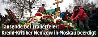 Blumen vor Nemzows Grab