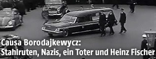 Leichenwagen beim Trauerzug für Ernst Kirchweger