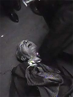 Der verletzte Ernst Kirchweger liegt auf der Straße
