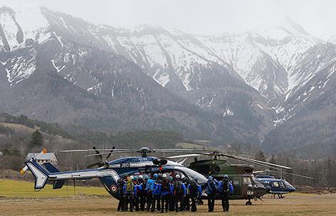 Rettungseinsatzkräfte und Hubschrauber