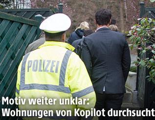 Polizist und Ermittler am Hauseingang des Kopiloten