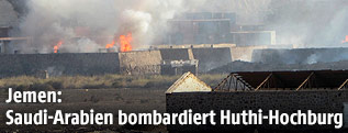 Brennendes Waffenlager in Jemen