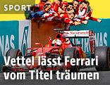 Ferrari-Teammitglieder jubeln dem vorbeifahrenden Auto von Sebastian Vettel zu