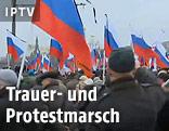 Menschen mit Russland-Flaggen