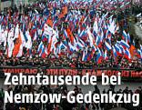 Zenhtausende Menschen halten russische Fahnen hoch