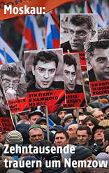 Menschen mit Plakaten von Boris Nemzow
