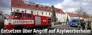 Feuerwehr vor beschädigtem Asylheim