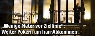 Delegierter der Iran-Atomgespräche telefoniert auf einem Balkon des Beau Rivage Palace Hotels in Lausanne