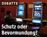 Frau spielt an einem Glücksspielautomat