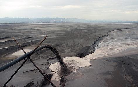 Toxische Schlacke in Baotou in der Mongolei