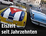 Kubanische Autos mit Landesflagge