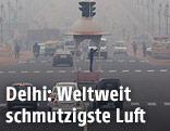 Verkehrspolizist im Smog von New Delhi